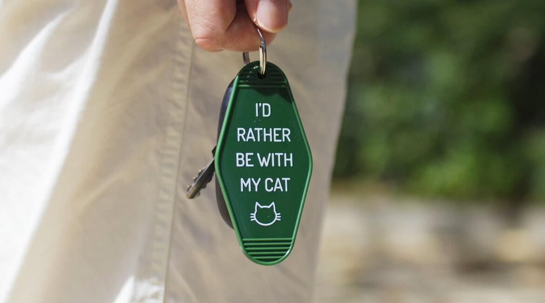 猫が家で待っているキーホルダー